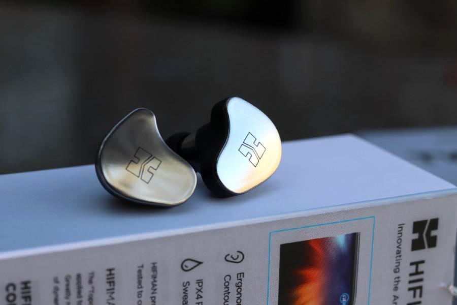 Auriculares Strereo inalámbricos verdaderos HiFiMAN TWS800 en la parte superior de la caja