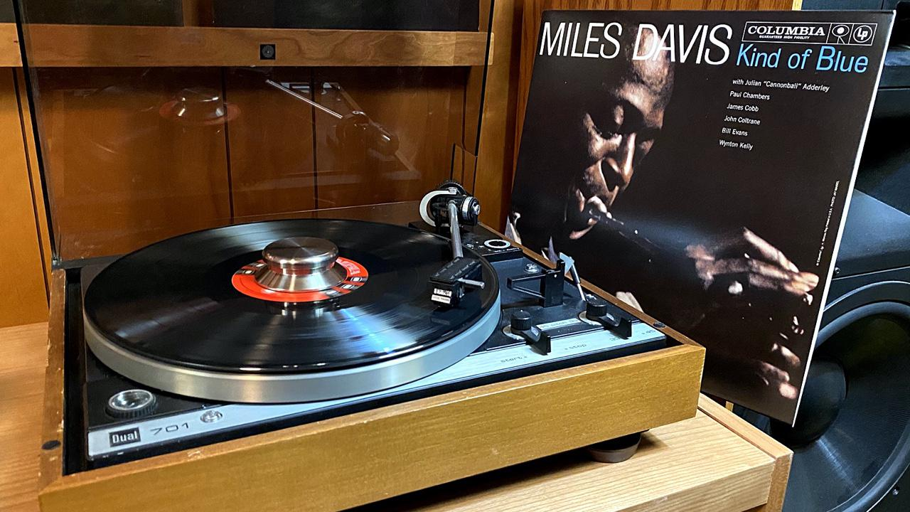 Spinning the mono Miles Davis, Kind Of Blue on the Dual 701 with Shure V15iii
