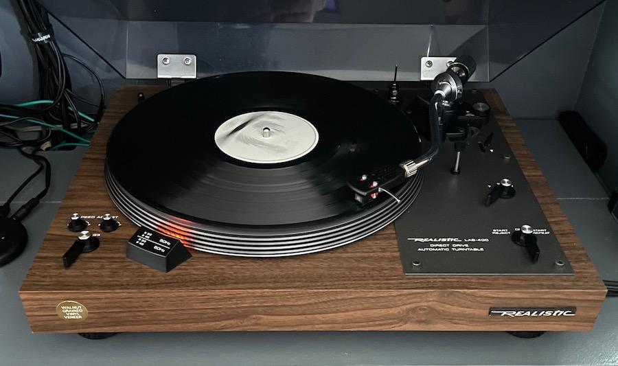 Realistic LAB-400 Turntable playing record