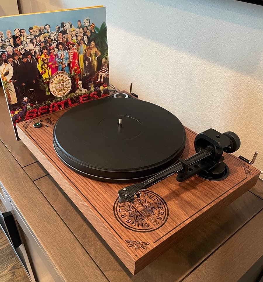Pro-Ject 2Xperience SB Sgt. Pepper Limited Edition Turntable with Beatles Album