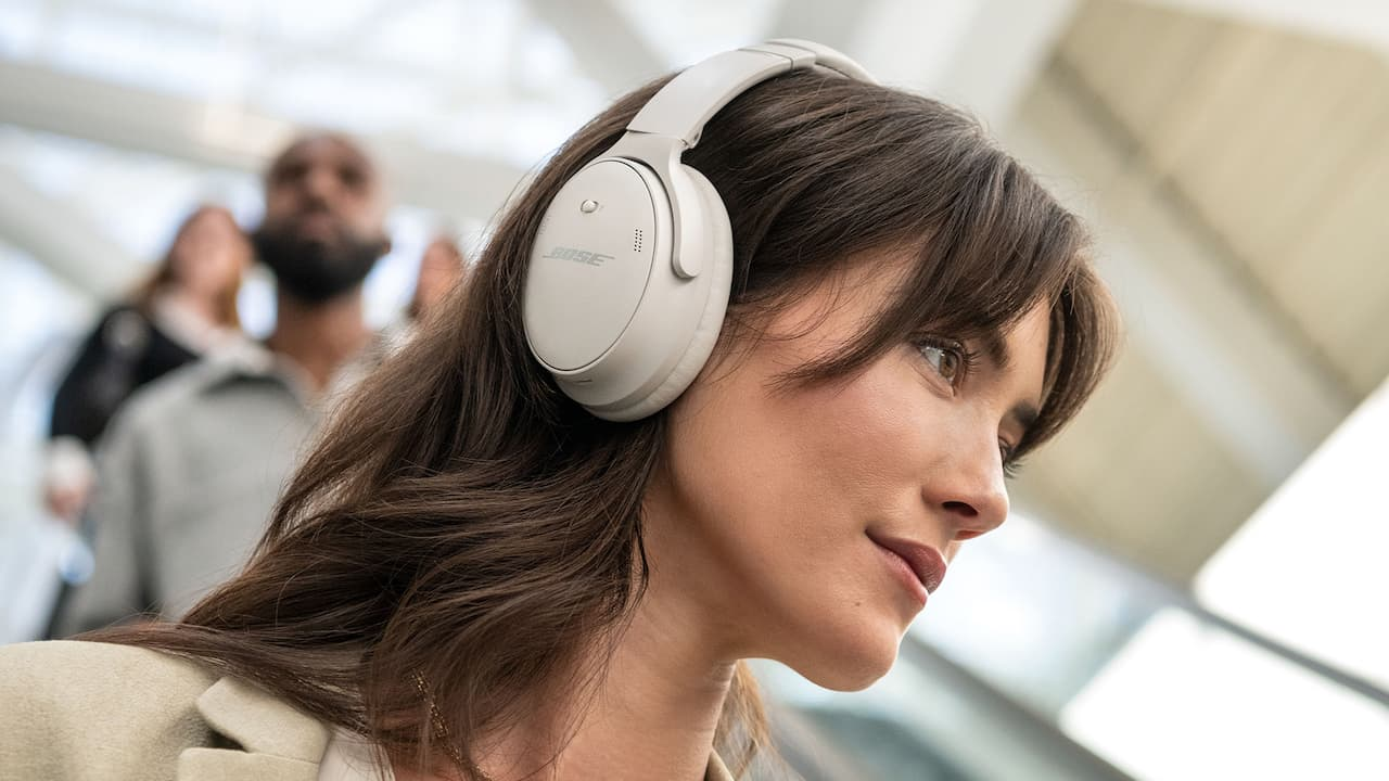 Bose QuietComfort 45 Wireless Noise-cancelling Headphones White on Woman Lifestyle
