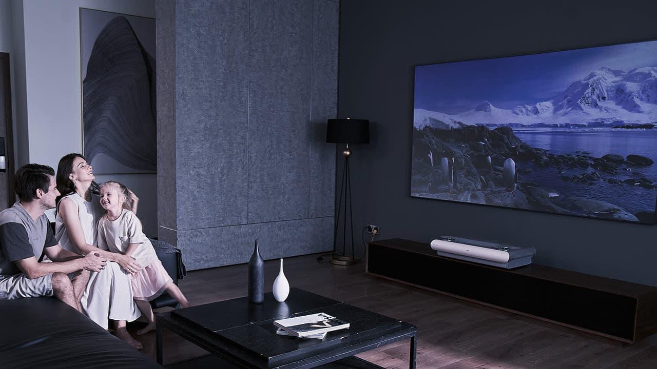 JMGO U2 UST Projector with Screen Lifestyle
